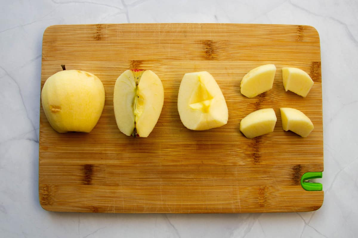 A picture showing how to cut the apples.
